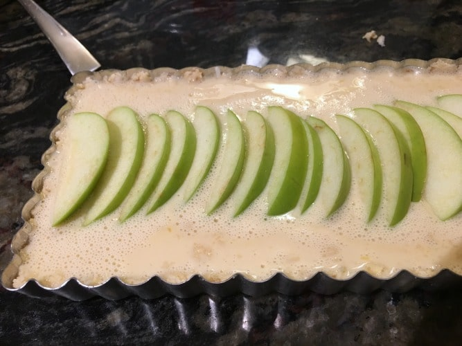 Apple slices in the uncooked apple tart